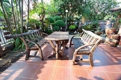 Mesa de picnic de madera con los bancos Fotografía de archivo libre de regalías