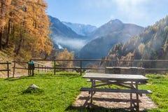 Mesa de picnic delante de un panorama otoñal Imagen de archivo
