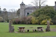 Mesa de picnic en césped con el castillo foto de archivo libre de regalías