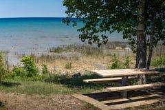 Mesa de picnic en el lago Michigan Imagen de archivo