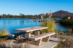 Mesa de picnic en el lago Murray con la montaña de Cowles Fotos de archivo