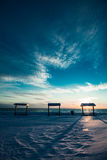 Mesa de picnic en el mar durante el invierno Foto de archivo libre de regalías
