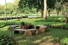 Mesa de picnic en el parque Foto de archivo libre de regalías