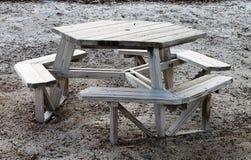 Mesa de picnic formada octágono de madera Fotografía de archivo