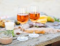 Mesa de picnic de la playa con el vino rosado Fotos de archivo libres de regalías