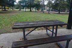 Mesa de picnic de madera en el parque fotografía de archivo libre de regalías