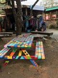 Mesa de picnic multicolora en la isla de Hornby, A.C. Imágenes de archivo libres de regalías