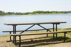 Mesa de picnic pacífica en el borde de las aguas Imagen de archivo