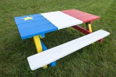 Mesa de picnic pintada con colores de la bandera acadiense 1 fotos de archivo