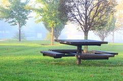 Mesa de picnic por mañana de niebla imagen de archivo libre de regalías