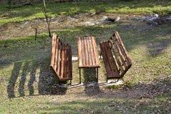 Mesa de picnic y bancos en el parque Foto de archivo