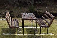 Mesa de picnic y bancos en el parque lugar para una barbacoa en un parque público Fotos de archivo
