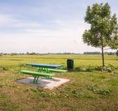 Mesa de picnic y bancos modernos en una zona rural Imágenes de archivo libres de regalías