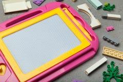 Mesa de projeto cor-de-rosa com brinquedos dos cubos fotografia de stock