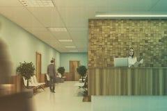 Mesa de recepção azul e de madeira, pessoa Imagem de Stock Royalty Free