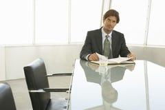 Mesa de reuniones de With Book At del hombre de negocios Imagenes de archivo