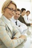 Mesa de reuniones de With Colleagues At de la empresaria Fotos de archivo