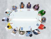Mesa de reuniones de la conexión del reparto del trabajo de la gente de la visión aérea imágenes de archivo libres de regalías