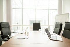 Mesa de reuniones en oficina del centro de negocios moderno, sala de reunión imágenes de archivo libres de regalías