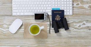 Mesa de trabajo con los accesorios del viaje Foto de archivo libre de regalías