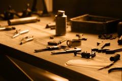 Mesa de trabajo de la vendimia con las herramientas Fotografía de archivo