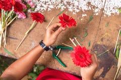 Mesa de trabajo del florista Florista en el trabajo que crea el ramo en la floristería Visión superior fotografía de archivo
