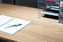 Mesa del estudio de la oficina con los diversos accesorios inmóviles Imagen de archivo libre de regalías