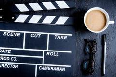 Mesa del guionista con el fondo oscuro del tablero de chapaleta de la película a imagenes de archivo