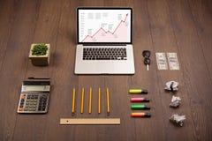 Mesa do computador com portátil e carta vermelha da seta na tela Foto de Stock Royalty Free