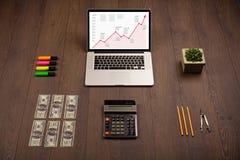 Mesa do computador com portátil e carta vermelha da seta na tela Fotografia de Stock Royalty Free