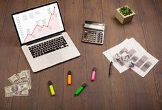 Mesa do computador com portátil e carta vermelha da seta na tela Imagens de Stock