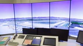 A mesa do controlador da autoridade de serviços do tráfico aéreo vídeos de arquivo