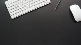 Mesa do espaço de trabalho com teclado e lápis Imagens de Stock Royalty Free