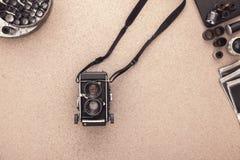 A mesa do fotógrafo Câmera, negativos e rolos do vintage do filme Configuração lisa com espaço da cópia Imagens de Stock Royalty Free
