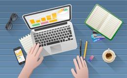 A mesa do homem de negócios com portátil, tabuleta, o telefone esperto e os artigos de papelaria Imagens de Stock