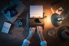 A mesa do journalista do vintage fotografia de stock
