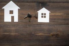 Mesa do trabalho com figuras de papel para vender espaço de madeira ajustado da opinião superior do fundo da casa para o texto foto de stock