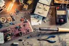 Mesa do trabalho da eletrônica no laboratório Fotos de Stock Royalty Free