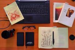 Mesa do trabalho da vista superior Mesa de escritório com computador, fontes e copo de café fotos de stock royalty free