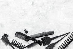Mesa do trabalho do cabeleireiro com as ferramentas para o cabelo que denomina no espaço de pedra cinzento da opinião superior do Imagem de Stock