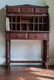 Mesa do vintage em uma sala com assoalho de madeira imagem de stock