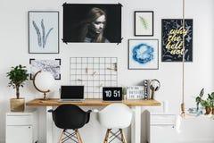Mesa dobro no escritório domiciliário imagens de stock