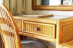 Mesa e cadeira clássicas de escrita do Rattan Foto de Stock Royalty Free