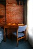 Mesa e cadeira de escrita com flor Garlent Imagem de Stock Royalty Free
