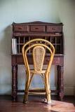 Mesa e cadeira do vintage em uma sala com assoalho de madeira imagens de stock
