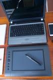 Mesa e dispositivos digitais Fotos de Stock