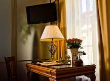 Mesa e tevê no quarto de hotel fotografia de stock royalty free
