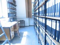 Mesa en la biblioteca Fotos de archivo