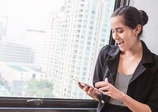 Mesa fêmea da tabela do dedo do telefone celular do portátil Imagem de Stock Royalty Free