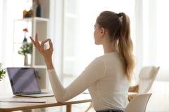 Mesa fêmea focalizada da ioga da prática em casa fotos de stock